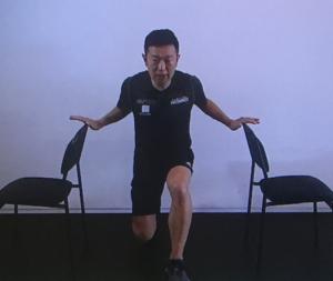 片足曲げ体操の画像