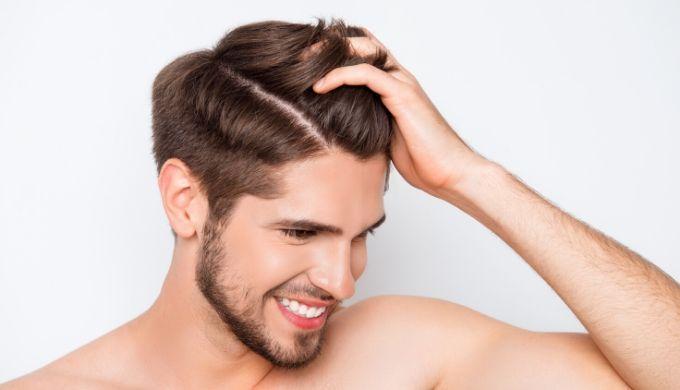 ふさふさの髪の毛で笑顔の男性