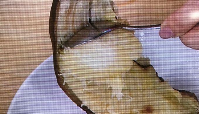 バナナを皮からこそぎ落とす