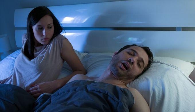 夫のいびきに悩む妻