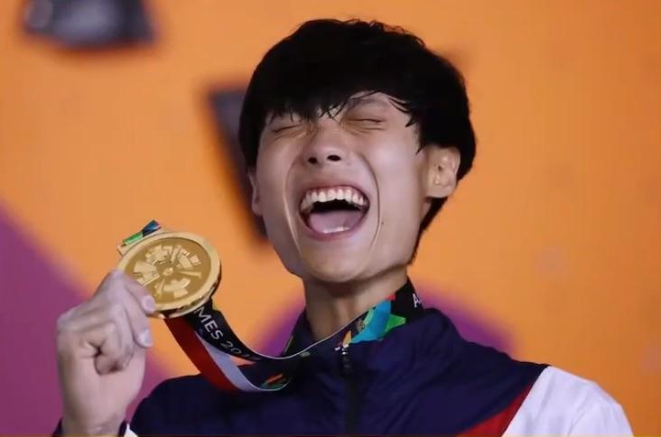 写真で一言「メダルを受け取って喜ぶ人」