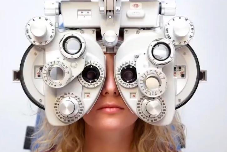 写真で一言「視力検査をする女性」